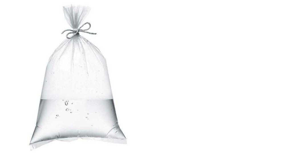 Bolsa transparente llena de agua