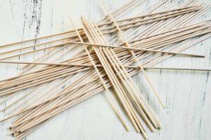 Brochettes en bois : une façon hygiénique de présenter vos entrées