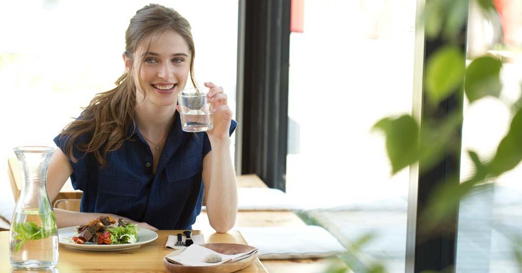 comer sano y rico en un restaurante